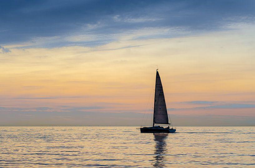 Zeilboot op zee van Mark Bolijn