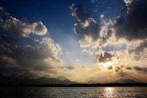 Wolken boven het alpenmeer van Susanne Deinhardt