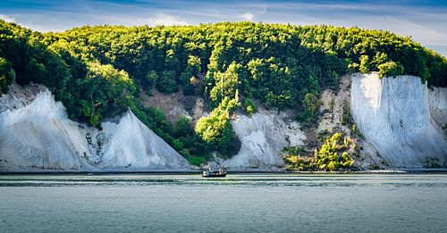 Vissersboot voor de krijtrotsen kust van Rügen, Duitsland