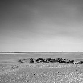 Ameland strand met stenen en vissersboot sur Tony Buijse