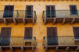 gele woningen met vier balkons van