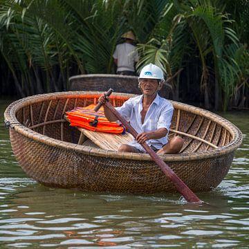 man in boat on mekong river van Bram de Muijnck