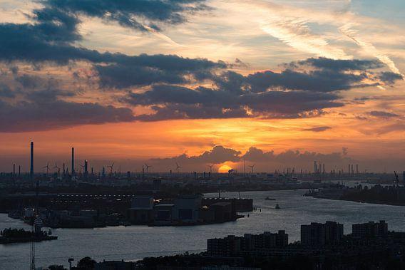 Zonsondergang over de Rotterdamse haven