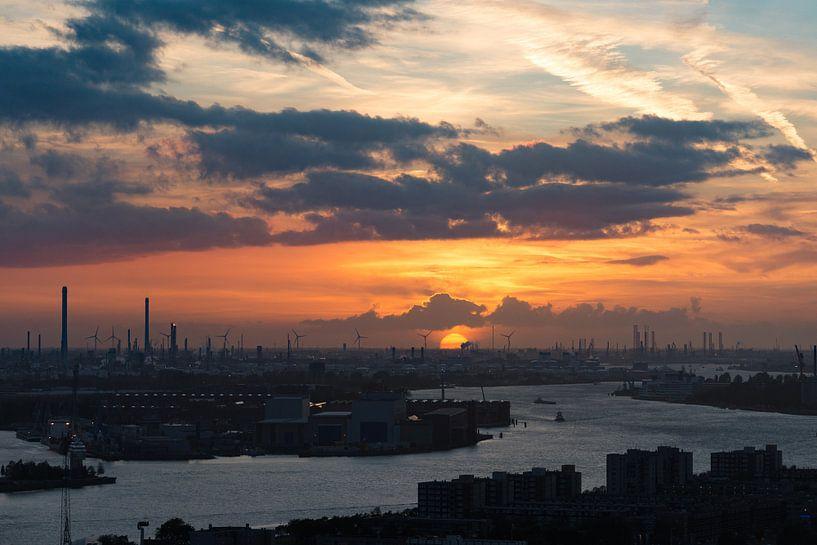 Zonsondergang over de Rotterdamse haven van Ronne Vinkx