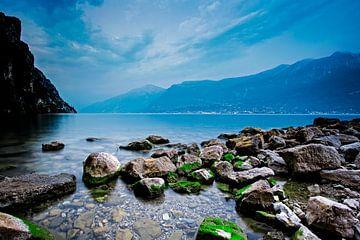 Der Gardasee während der blauen Stunde von Kevin Baarda