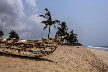 Vissers kano in Ghana, West Afrika van Leo Hoogendijk