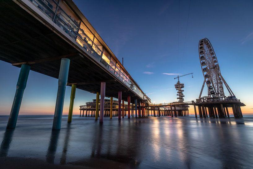 De Pier in Scheveningen tijdens het blauwe uurtje. van Claudio Duarte