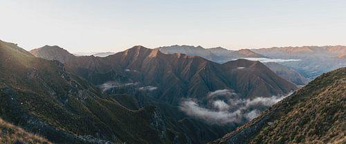 Panorama van Nieuw Zeelandse bergen vanaf Roy's Peak