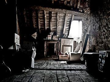 Bild eines Dachbodens eines Schlosses in Frankreich. von Therese Brals