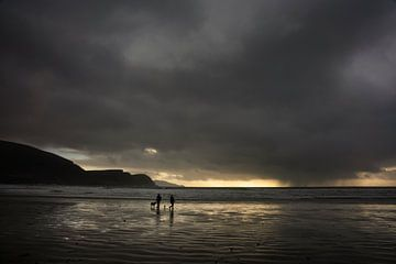 Wandelaars op het strand van Bo Scheeringa Photography