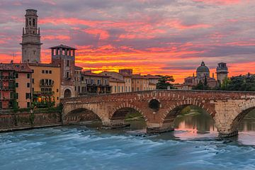 Sonnenuntergang an der Brücke Ponte Pietra, Verona, Italien