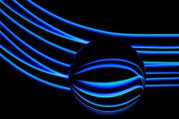 lightpainting blauw glazen bol van Annet Niewold