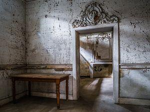 Kasteel / Chateau Hogemeyer, België - Urbex / deur / deuropening / ornament / grijs / tafel van