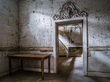 Schloss / Chateau Hogemeyer - Urbex / Tür / Ornament / Grau / Tisch von Art By Dominic