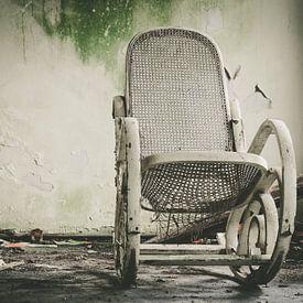 Witte vergane stoel van Martijn Tilroe
