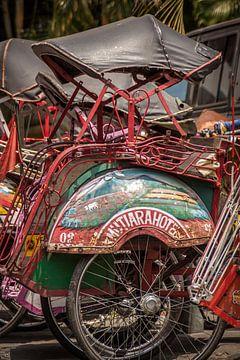 Becak (fietstaxi) in Jogjakarta, Java, Indonesië van Jeroen Langeveld, MrLangeveldPhoto