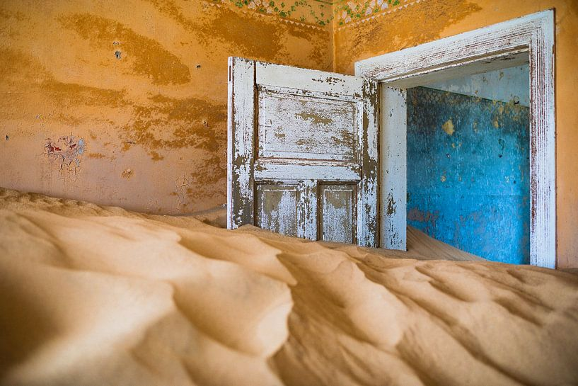 Vervallen en kleurrijk interieur in spookstad Kolmanskop, Namibië van Martijn Smeets