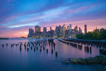 New York City Skyline Blauw/ Roze Zonsondergang van Eline Chiara