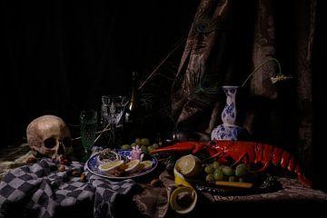Vanitas stilleven met kreeft, citroen, glas, druiven en schedel van Esther Scherpenzeel