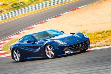 Ferrari F12 Berlinetta fährt mit hoher Geschwindigkeit über eine Rennstrecke von Sjoerd van der Wal
