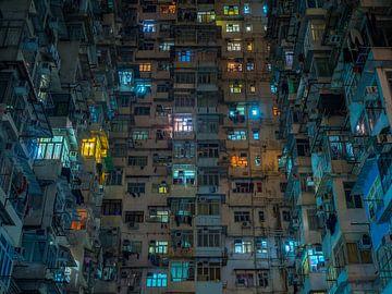 Bunte Lichter einer Wohnung in Quarry Bay, Hongkong von Teun Janssen