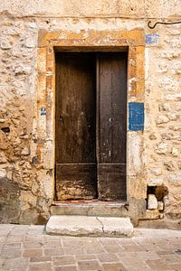 Rustiek oude houten deur in Mediterrane sfeer van Wil Wijnen