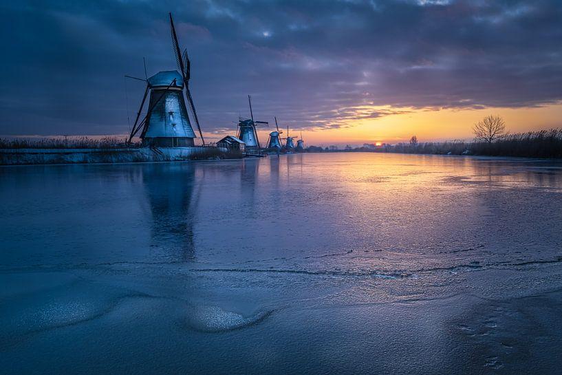 Kinderdijk - prachtige winter ochtend van Sander Poppe