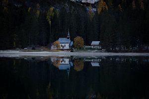 Reflectie van een kerk
