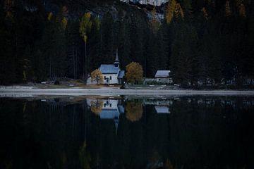 Reflectie van een kerk van
