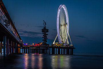 Pier van Scheveningen in de avond. van ingrid schot