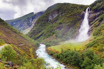 Chute d'eau Avdalsfossen dans l'Ardal en Norvège sur Evert Jan Luchies