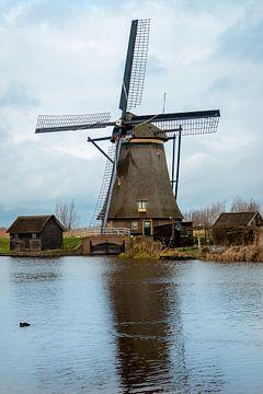 Hollands plaatje met een windmolen aan het water van Henk Hulshof