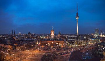 Berlin Skyline Nikolaiviertel Panorama zur blauen Stunde von Jean Claude Castor