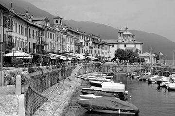 Italiaans dorpsgezicht met haventje aan een meer van Dirk-Jan Steehouwer