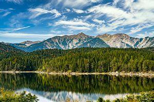 Der Eibsee am Fuße der Zugspitze in den bayerischen Alpen