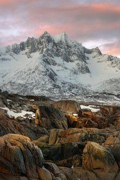 Mooie pastekleuren boven de besneeuwde bergen van Senja in Noorwegen van Jos Pannekoek