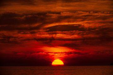 coucher de soleil, nuages, mer, ciel rouge feu sur Torsten Krüger