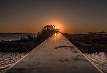 Zonsondergang langs de leuning van een brug. van Dirk Keij-Bron