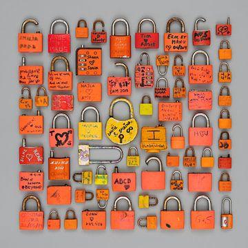 Liebesschlösser in Orange und Gelb. von Floris Kok