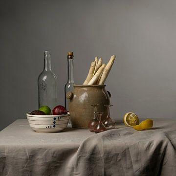 Modernes Stillleben mit Spargel, Zitrone und Zwiebeln [quadratisch]. von Affect Fotografie