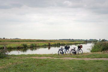 Geparkeerde fietsen aan de rand van een kreek van Ruud Morijn
