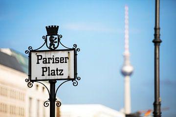 """Berlin - Panneau de rue """"Pariser Platz&quot ; avec la tour de télévision en arrière-pla"""