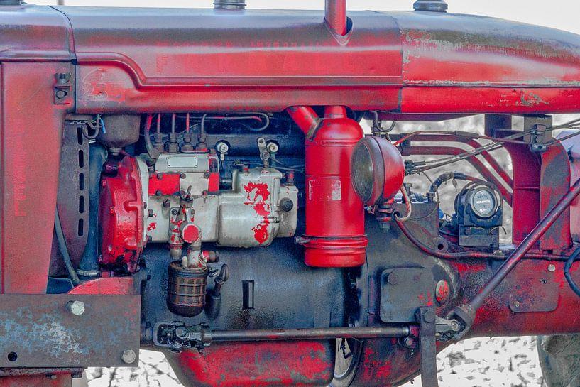 Motorblok van een oude rode tractor van Peters Foto Nieuws l Beelderiseren