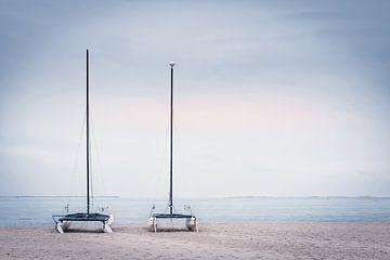 Op het strand I - Catamaran van Sabine Wagner