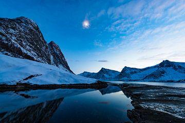 Zonsondergang over het Okshornan-gebergte bij Tungeneset op Senja in Noord-Noorwegen van Sjoerd van der Wal