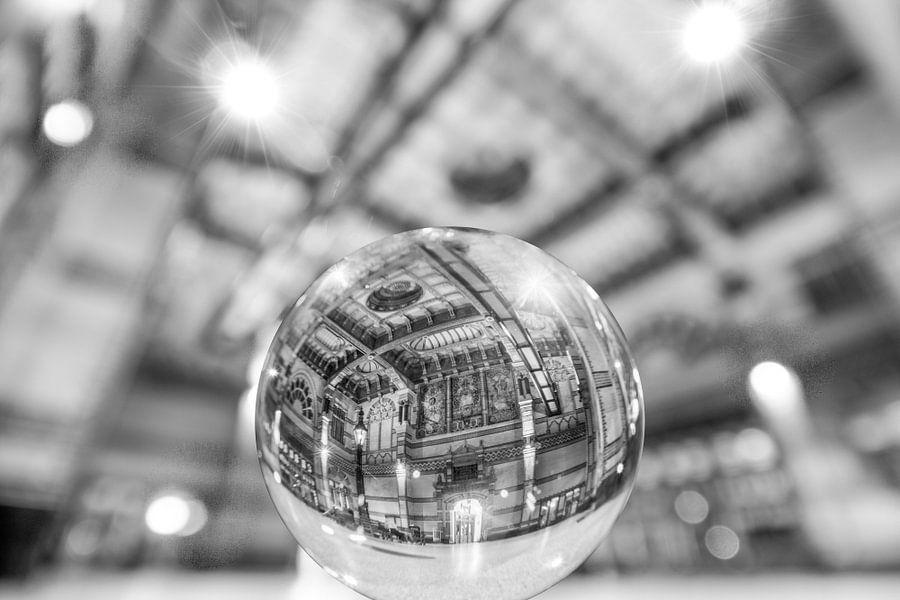 Groningen Hoofdstation in de glazen bol (zwart-wit) van Iconisch Groningen
