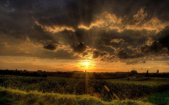 Sunset in town van Hanne Berden