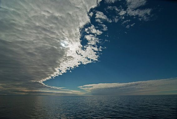 Wolkenlucht van Peter Zwitser