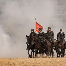 Paarden door de rook, op het schevingse strand van Erik van 't Hof
