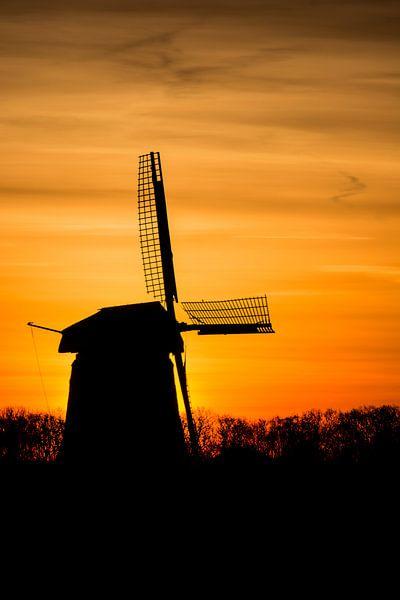 zonsopkomst met oude molen 02 van Arjen Schippers